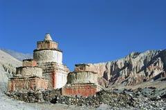 Forntida buddistiska rituella Stupas i det avlägsna området i övremustang Royaltyfri Bild