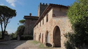 Forntida byggnad av vinodlingen i Tuscany stock video