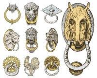 Forntida byggnad för detalj arkitektoniska dekorativa beståndsdelar, trädörrknopp, knackare eller handtag lejon och häst royaltyfri illustrationer