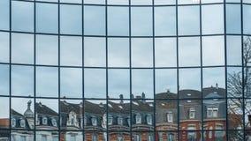 Forntida byggnad i modern byggnad med exponeringsglas reflekterar Fotografering för Bildbyråer