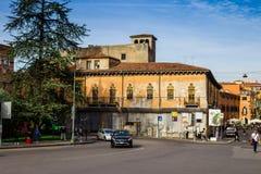 Forntida byggnad i orientalisk stil, gata i gammal del av staden Verona Royaltyfria Foton