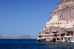 Forntida byggnad i porten av Fira, huvudstaden av den Santorini ön Arkivbild