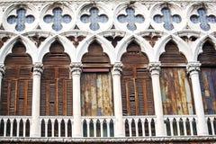 Forntida byggnad med den slitna fasaden i Venedig, Italien Royaltyfri Fotografi
