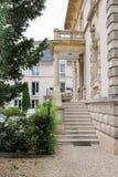 Forntida byggnad med marmortrappa och balkong i Chantilly Royaltyfri Bild
