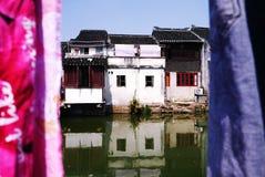 Forntida byggnad och floder royaltyfri fotografi