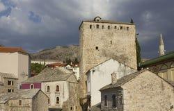 Forntida byggnader i den Mostar staden Arkivbild