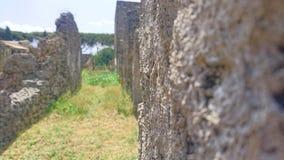 Forntida byggnader i Pompeii som försvinner till försvinna punkt under blå himmel arkivbilder