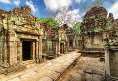 Forntida byggnader med att snida av den Preah Khan templet i Angkor Arkivfoton