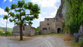 Forntida byggnader Monieux Frankrike Arkivfoto