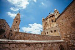 Forntida byggnader och den blåa himlen Royaltyfri Fotografi