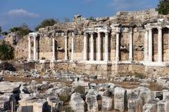 Forntida byggnadskolonner på den Turkiet sidan Arkivfoto