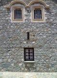Forntida byggnadsmurverk med den mirakel- framsidan i form av Windows Fotografering för Bildbyråer