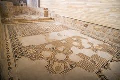 Forntida byzantine naturliga stentegelplattamosaiker med med geometriska modeller, montering Nebo, Jordanien, Mellanösten royaltyfria foton