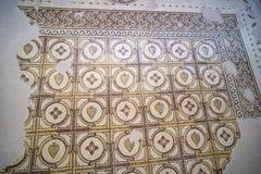 Forntida byzantine naturliga stentegelplattamosaiker med med geometriska modeller, montering Nebo, Jordanien, Mellanösten arkivfoton