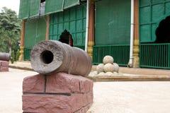 Forntida canon på den Tipu sultan'sens slotten för sommar royaltyfri bild