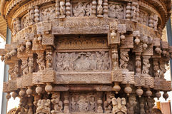 Forntida carvings i traditionell indisk stil, på den ceremoniella vagnen av den hinduiska templet Modeller i Indien Royaltyfri Fotografi