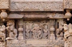 Forntida carvings med danskvinnor i indisk stil, på den ceremoniella vagnen av den hinduiska templet Gammal struktur i Indien Royaltyfri Bild