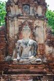 Forntida cementbuddha staty på den förstörda forntida templet Royaltyfri Fotografi