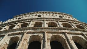 Forntida Coliseum i Rome, Italien Video för låg vinkel, steadicamskott stock video