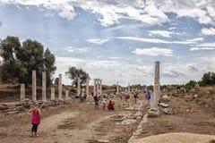 Forntida colonnaded gata Arkivbilder