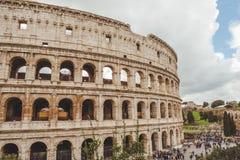 forntida Colosseum fördärvar med den fullsatta fyrkanten Royaltyfri Fotografi