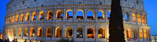 Forntida Colosseum i staden av Rome arkivbilder