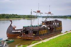 Forntida criuseskepp på Vistulaet River Royaltyfria Foton