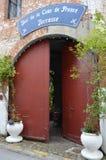 Forntida dörröppning i pittoresk vägg i Montreuil Sur Mer, Pas de Calias, Frankrike Arkivbild