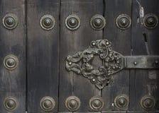Forntida dörr av den medeltida slotten royaltyfria foton