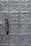Forntida dörr för metallisk silver arkivfoto