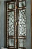 Forntida dörr med den pärlemorfärg modellen arkivfoton