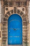 Forntida dörrar, Essaouira, Marocko Arkivfoton