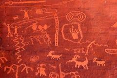 forntida dal för brandnevada petroglyphs Arkivfoto