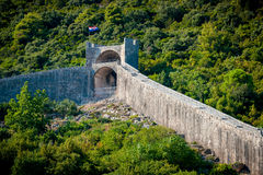 Forntida defensiv vägg på kullen bredvid Ston i Kroatien arkivfoto