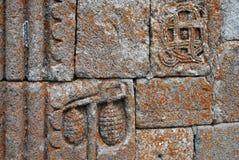 Forntida dekorativt snida på väggen av den Gergeti Treenighetkyrkan arkivfoto