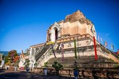 Forntida delvis f?rst?rd tegelstenpagod Wat Chedi Luang i Chiang Mai, nordliga Thailand royaltyfria foton