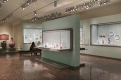 Forntida Dishware och tekannor inom av den asiatiska konstmuseet Royaltyfri Foto