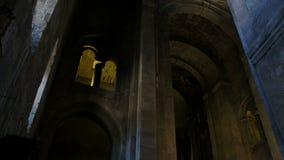 Forntida domkyrka, katolsk ortodox kristen kyrka Gammal historisk byggnad, inom inre Panorama kamera stock video
