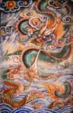 Forntida drakar planlägger på väggbakgrund i kinesisk tempel på P Royaltyfri Foto