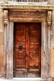Forntida dörr av en historisk byggnad i Perugia (Tuscany, Italien) Royaltyfri Foto