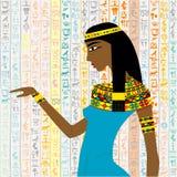Forntida egyptisk kvinna över en bakgrund med egyptisk hieroglyp Royaltyfri Foto