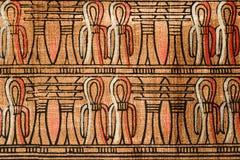 Forntida egyptisk prydnad från den gamla papyruset med symboler av lotusblomma och ankh royaltyfri fotografi