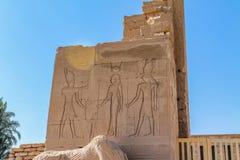 Forntida egyptisk tempel Amon Ra i Luxor med kolonner och härliga basreliefpharaohs kult royaltyfria foton