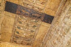 Forntida egyptisk tempel Amon Ra i Luxor med kolonner och härliga basreliefpharaohs kult fotografering för bildbyråer