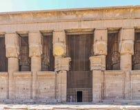 Forntida egyptisk tempel Amon Ra i Luxor med kolonner och härliga basreliefpharaohs kult arkivfoto