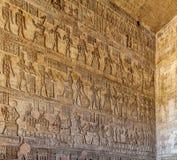 Forntida egyptisk tempel Amon Ra i Luxor med kolonner och härliga basreliefpharaohs kult arkivbilder