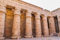 Forntida egyptisk tempel Amon Ra i Luxor med kolonner och härliga basreliefpharaohs kult arkivfoton