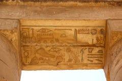 Forntida egyptiska hieroglyf som snidas på stenen Taket av templet på Karnak Fotografering för Bildbyråer
