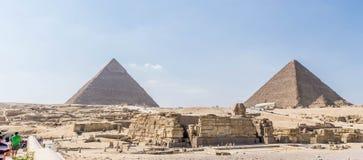 Forntida egyptiska pyramider av Giza och huvud av den stora sfinxen royaltyfri fotografi