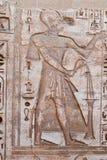 Forntida egyptiskt hieroglyfiskt snida i Medinet Habu Arkivbild